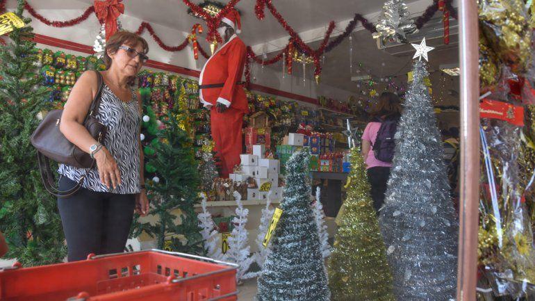 hay precios para todos los gustos para armar el arbolito y decorarlo pero lo que falta son compradores - Arbolitos De Navidad