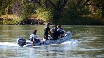 buscan a joven de 18 anos que desaparecio en un sector no habilitado del rio limay