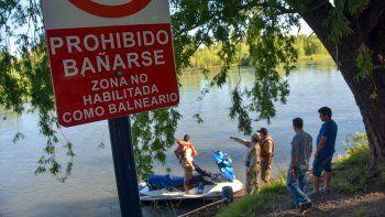 suspenden hasta manana la busqueda del joven que desaparecio en rio limay