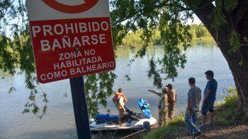 Prefectura y bomberos de Neuquén buscan al joven en el río Limay.