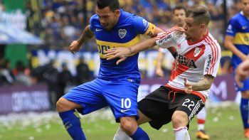 Carlitos tuvo varios partidos intrascendentes en Superclásicos. El más recordado es el de la vuelta de Libertadores con gol, gallinita y expulsión. Desde que volvió de Europa, ganó uno y empató los dos siguientes 0 a 0.