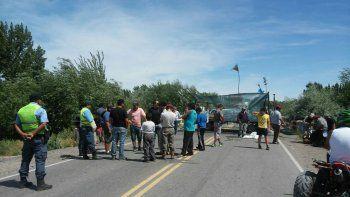 Vecinos de Picún cortan la Ruta 237.