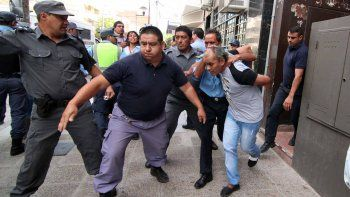Cabizbajo, el acusado enfrentó la audiencia de formulación de cargos. Al salir, los familiares de una de las víctimas lo insultaron y responsabilizaron a su ex de la tragedia.