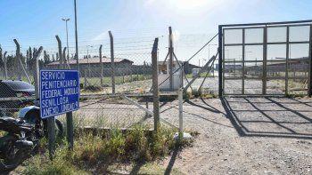El ingreso al anexo penal de Senillosa que tiene la U9. Los presos, en el salón de usos múltiples donde conviven gran parte del día. En uno de los talleres fabrican cepillos para su futura venta.