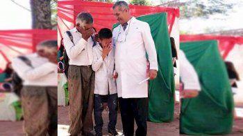La emoción de un abuelo Qom por su nieto abanderado de la primaria