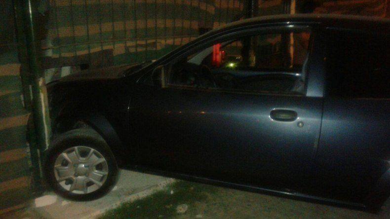 Adolescente le sacó el auto al papá y terminó incrustándolo contra una casa
