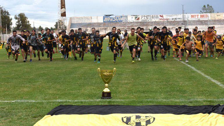 Pacífico es el campeón de la Copa Neuquén y festeja tras 29 años de sequía