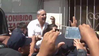 Horacio Pietragalla, ex diputado del FpV, le grita al policía denunciado.