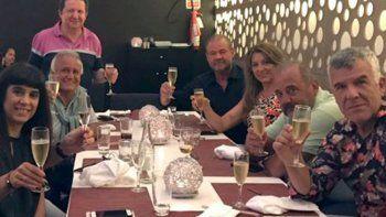 El popular trío se reunió junto a sus parejas en un hotel de Punta del Este para disfrutar de una cena y ultimar detalles de su vuelta.