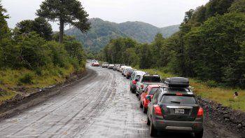 Automovilistas esperando pasar a Chile en Mamuil Malal.