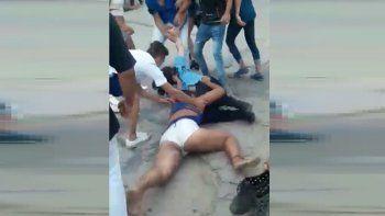 Golpean salvajemente a una mujer policía y nadie trata de evitarlo: ni siquiera su compañero