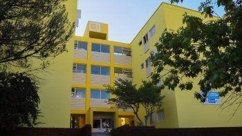 Los edificios son pintados con colores muy vivos y contrastantes.