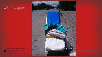 insolito: una ambulancia perdio la camilla en la ruta