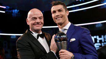Infantino fue el encargado de anunciar a Cristiano como mejor jugador del año. Maradona le entregó el premio a Ranieri, el entrenador más destacado.