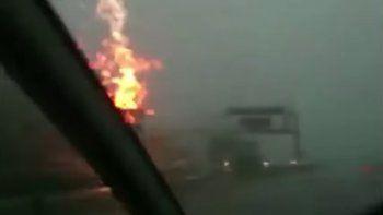 asi impacto un rayo sobre un camion en rusia