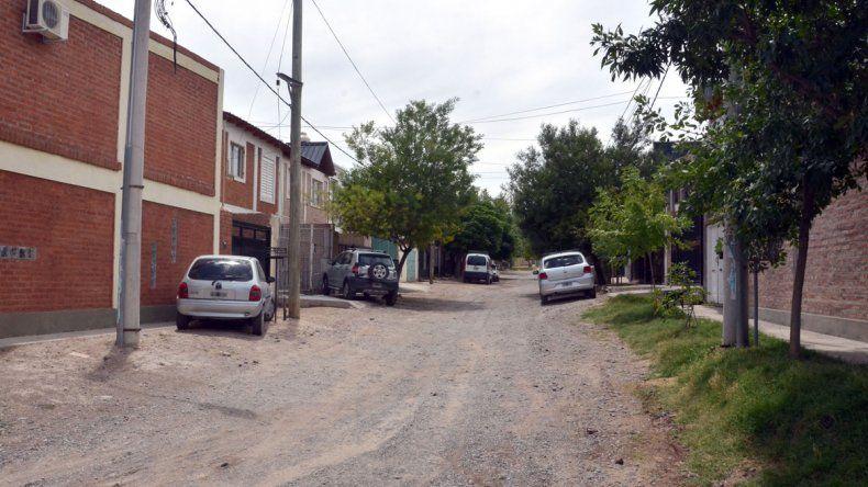 El dúplex que desvalijaron los delincuentes está en el barrio Altos de del Ruca Che. Los ladrones se llevaron hasta el auto VW Fox de la familia.