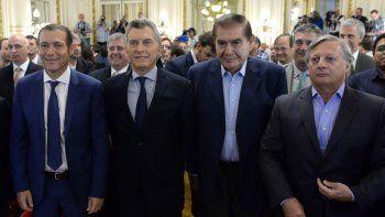 El ministro de Energía, Juan José Aranguren, junto al gobernador Omar Gutiérrez, el presidente Mauricio Macri y el titular del sindicato petrolero, Guillermo Pereyra.