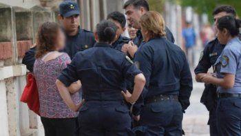 Buscó tirarse debajo de un colectivo, pero peatones la salvaron.