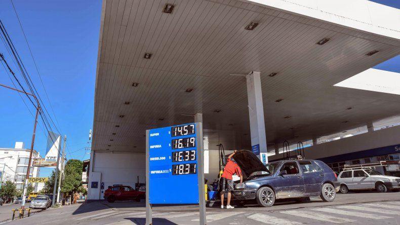 Las estaciones de servicio neuquinas ya cobran las naftas con el 8% de aumento