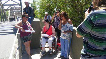 discapacitados se quedaron sin pension y reclamaron en el puente