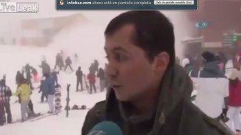 avalancha de nieve atrapa gente y un gerente se rie