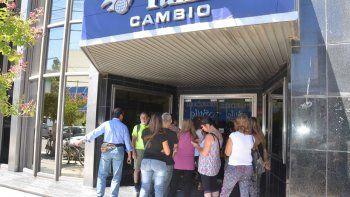 Los neuquinos que prefieren el efectivo a las tarjetas de crédito o débito deberán adquirir dólares para comprar en Chile.