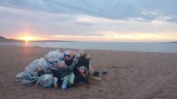 El año pasado dejaron mucha basura en la playa del lago.