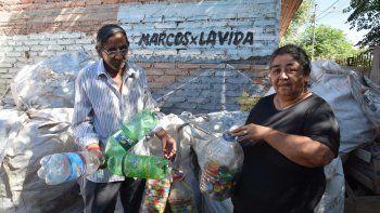 recicla botellas de plastico como terapia para combatir su dolor