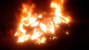 un incendio consumio un auto abandonado en junin de los andes
