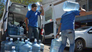 Los distribuidores de agua reconocen que hubo un aumento muy importante en la demanda. La gente tiene miedo de tomar agua contaminada.