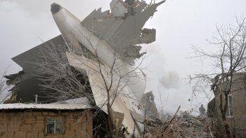 al menos 37 muertos al estrellarse un avion en kirguistan