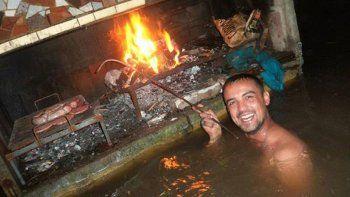 al mal tiempo, buena cara: en plena inundacion, hicieron un asado con amigos bajo el agua