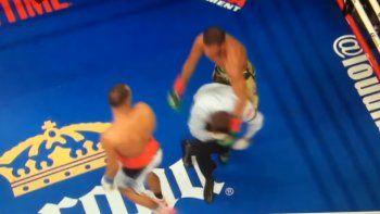 un arbitro recibio un duro golpe en una pelea de box