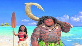 La morena, junto al semidiós Maui, quien la guiara en su aventura para convertirse en una experta navegante.