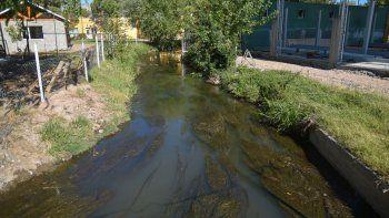 El arroyo Durán, antes de su desembocadura en el Limay, es uno de los principales focos de contaminación de la ciudad.