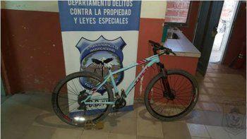 La bicicleta y el celular que recuperó la Policía en un allanamiento.