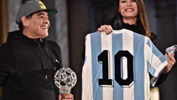Maradona entregó la camiseta que usó en España 1982.