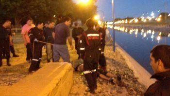 hallaron a un hombre muerto flotando en un canal de roca