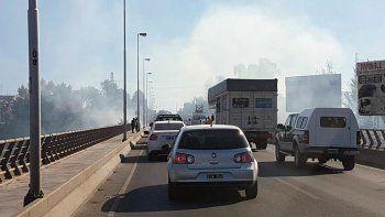 un incendio de pastizales genera demoras en los puentes carreteros neuquen-cipolletti