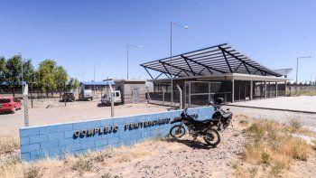 La cárcel de Senillosa está a 600 metros en línea recta del municipio local. En el ala federal se aplica una experiencia única con los depravados sexuales.