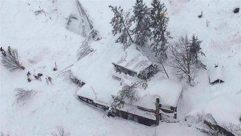 un alud de nieve sepulto un hotel en el centro de italia y estiman que hay decenas de muertos