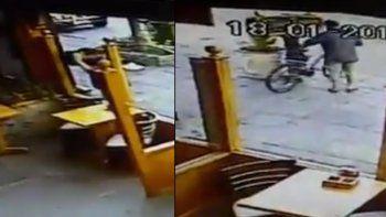el peor ladron del mundo: quiso robar una bicicleta y termino haciendo un papelon