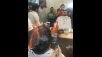 un peluquero de la india le quemo el pelo a sus clientes