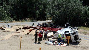 una peligrosa maniobra de sobrepaso en una curva termino con un camion volcado