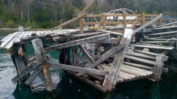 un catamaran destruyo un muelle en villa la angostura