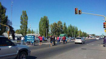 petroleros despedidos de la empresa sp bloquean parcialmente la ruta 22