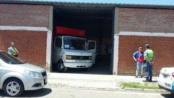 El camión al momento de ser recuperado por Delitos Económicos.