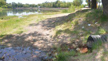 Así lucía ayer el balneario municipal Albino Cotro, que seguirá cerrado porque no cede la contaminación.