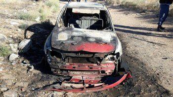 misterio por un auto que aparecio incendiado en cutral co