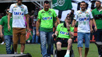 chapecoense: los sobrevivientes volvieron a la cancha y levantaron la copa sudamericana